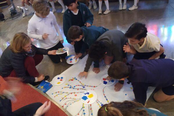 En la imagen, alumnos de Primaria del colegio de Bami, realizando un mural sobre la paz.