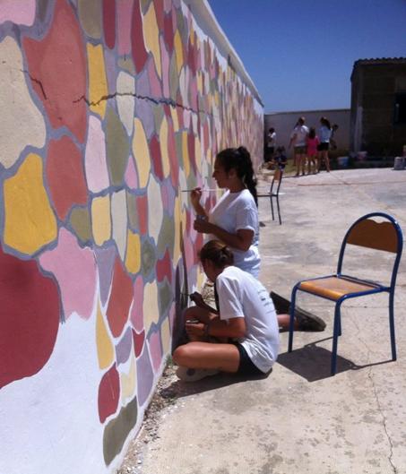 Una de las actividades realizadas fue pintar el colegio público de Briec, una pequeña escuela rural situada a unos 10km de Asilah y compuesta de cuatro aulas.